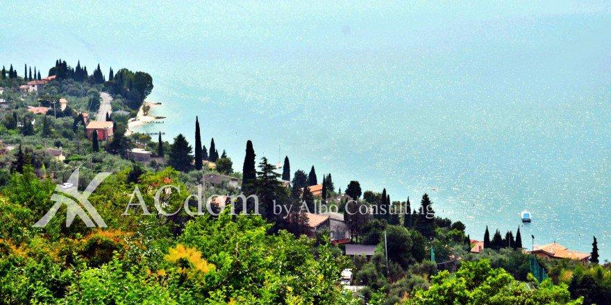 Красивая вилла с панорамным видом на озеро Гарда
